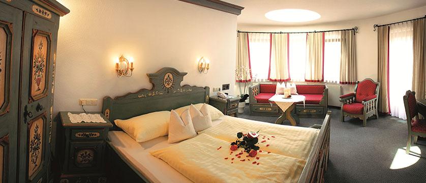 austria_mayrhofen_hotel-zillertalerhof_bedroom2.jpg